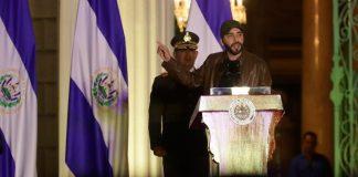 El presidente de El Salvador, Nayib Bukele, ofrece un discurso este martes durante la juramentación de 270 nuevos policías en San Salvador. EFE/Rodrigo Sura