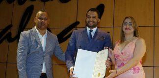 Diputada Gloria Reyes Gómez entrega el reconocimiento a Geovanny Vicente Romero